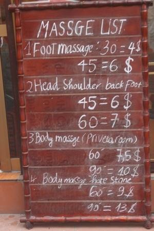 Cũng như massage, dịch vụ tắm thuốc người Dao ở Sapa được niêm yết bằng cả hai thứ tiếng