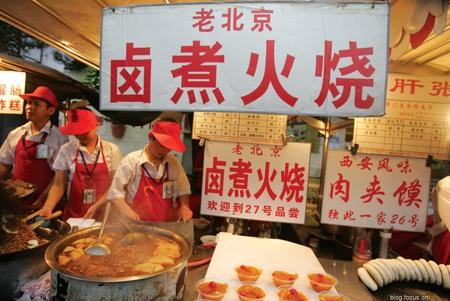 Một cửa hàng bán món thịt hầm nhừ nổi tiếng trên đường phố Bắc Kinh.