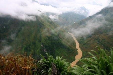 Nằm ẩn mình dưới thung lũng mây Sà Pìn, sau những tán cây Sa Mộc thẳng tắp vươn mình lên cao vút