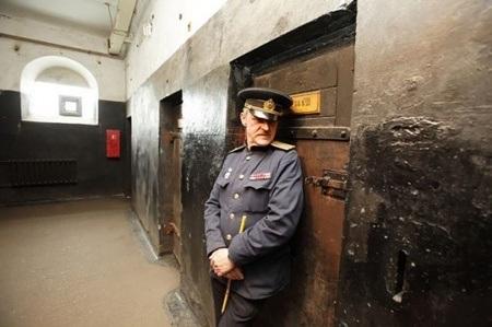 Du khách tới nghỉ đêm ở đây phải mặc quần áo tù nhân