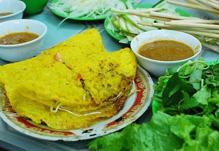 Bánh xèo Đà Nẵng nhỏ hơn và chấm mắm nêm