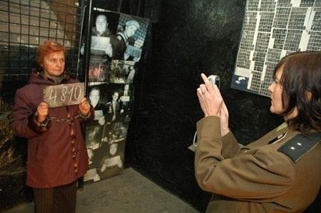 Chụp ảnh trước khi vào trại như tù nhân