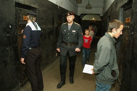 Quản giáo đi lại khắp nơi trong phòng giam