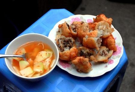 Bánh rán nhân thịt ăn kèm nước chấm chua cay