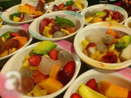Hoa quả cắt lát và bày sẵn trong cốc