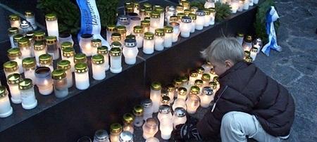 Trẻ em Phần Lan theo bố mẹ thăm viếng mộ người thân
