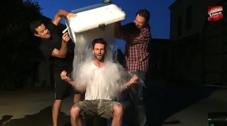 Adam Levine cũng thử thách với Ice Bucket Challenge