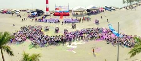 Các VĐV tham gia giải nắm tay nhau sếp hình chữ S, hướng về biển đảo quê hương!