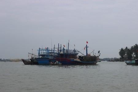Từ bao đời nay, con sông Mẹ không những ban phát cho dân chài tôm cá đầy ắp