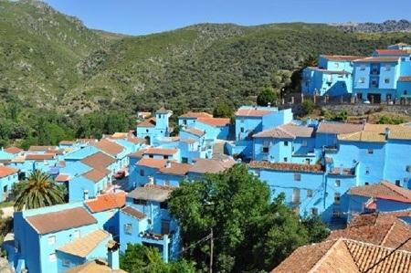 Mọi căn nhà trong làng đều được sơn cùng màu