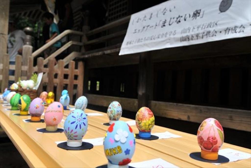 Đền Kunigami còn bày bán các loại trứng lưu niệm nhiều màu sắc