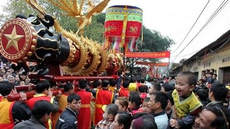 Không khí xuân náo nhiệt trong lễ rước pháo làng Đồng Kỵ