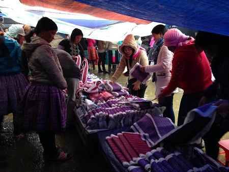 Chợ Pà Cò thường họp rất sớm và cũng nhanh tan.