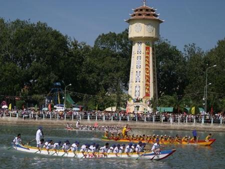 Ngày hội tưng bừng trên dòng sông Cà Ty