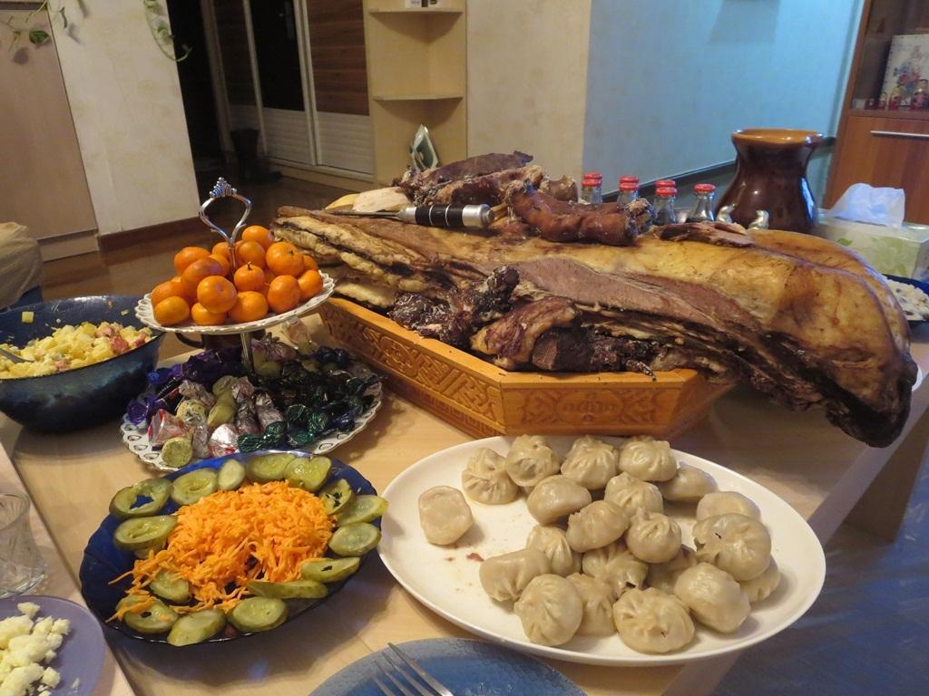 Một bàn tiệc đón tết Âm của người Mông Cổ.