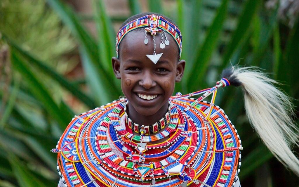 Chuỗi vòng hạt đeo cổ nhiều màu sắc của người Maasai, Kenya