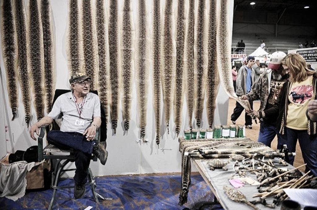 Những bộ da rắn cũng được bày bán trong thời gian diễn ra hội chợ.