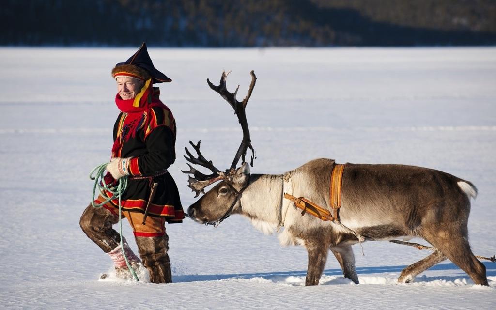 Bộ đồ truyền thống người Sami thuộc phía Bắc Phần Lan với gam màu nóng đỏ, vàng làm từ lông thú