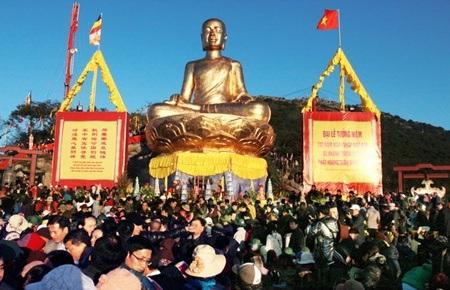 Nhiều phật tử tới cầu an tại khu vực tượng đồng Phật Hoàng Trần Nhân Tông