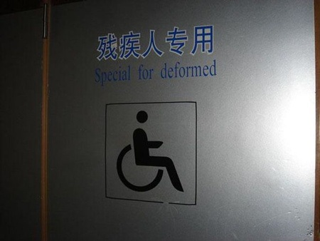 """Thay vì dùng từ """"người tàn tật"""", tấm biển đã sử dụng nhầm từ """"deformed"""" – sự biến dạng"""
