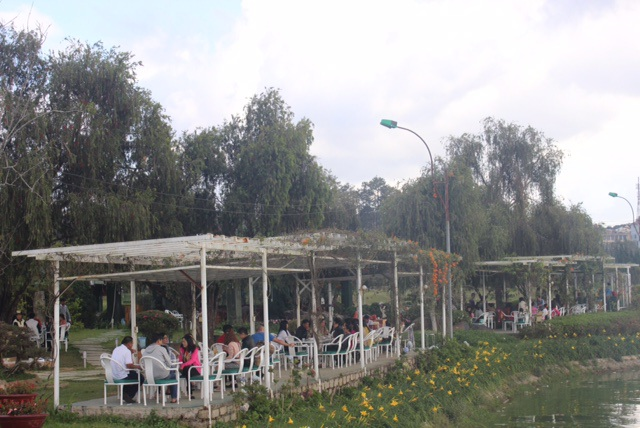 Một góc quán cà phê ven Hồ Xuân Hương, những ngày này luôn trong tình đông đúc