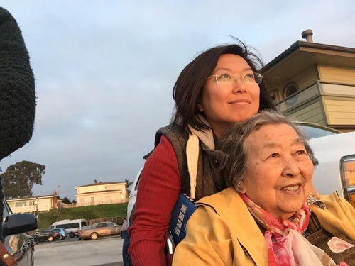 Cô An Vinh đồng hành cùng mẹ trong các chuyến đi