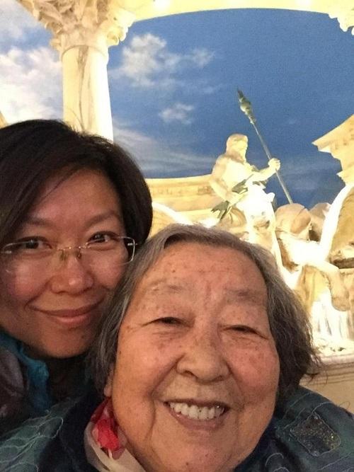 Sau những tháng ngày bệnh tật, du lịch đã mang lại nụ cười rạng rỡ trên gương mặt bà cụ 87 tuổi