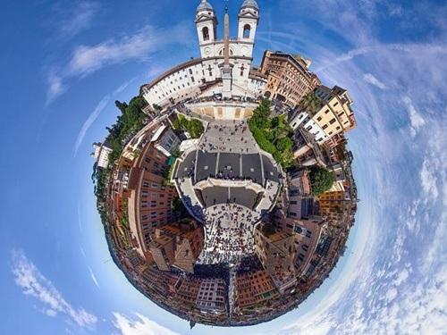 Quảng trường rộng lớn của thành phố Rome, Ý.