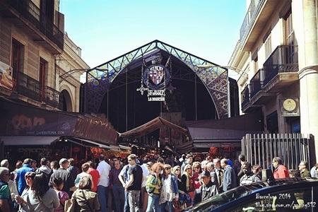 Chợ Boqueria vẫn giữ chiếc cổng sắt truyền thống