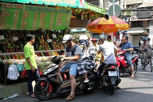 Các hàng quán bán nước ép trái cây đắt khách mùa nóng.