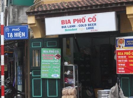 Tại phố cổ có những cửa hàng chứa hàng ngàn chiếc quạt cổ
