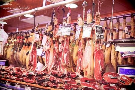 Các mặt hàng trong chợ rất đa dạng, đặc biệt được niêm yết giá rõ ràng