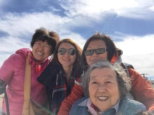 Chị gái và cháu gái của cô An Vinh đôi lúc cũng đồng hành cùng chuyến đi
