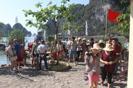 Hang Sửng Sốt liên tục đón một lượng khách khổng lồ lên thăm.