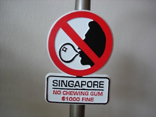 Một biển hiệu cấm kẹo cao su trên đường phố Singapore