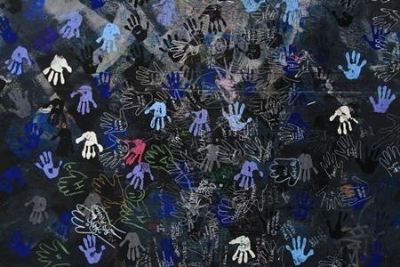 Bức tranh với vô số hình vẽ những bàn tay mang ý nghĩa muốn xô đổ bức tường ngăn cách
