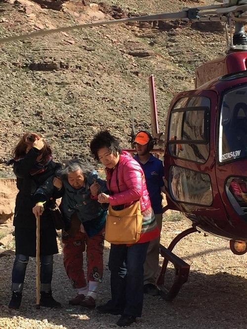 Hai mẹ con trải nghiệm với chuyến đi cùng máy bay trực thăng khi tới thăm dãy Grand Canyon