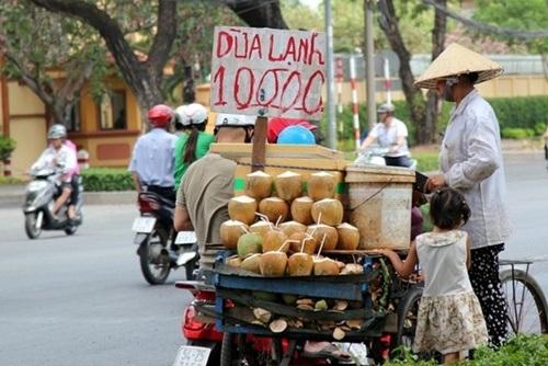 Các sạp hàng di động bán dừa quả ướp lạnh.