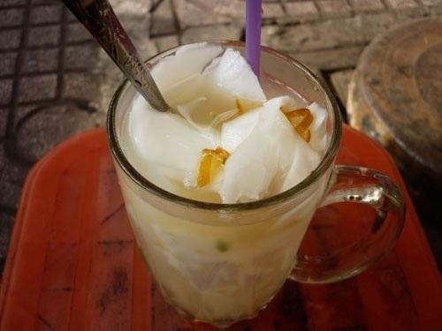 Nước dừa có thêm mứt thơm hoặc mứt tắc.