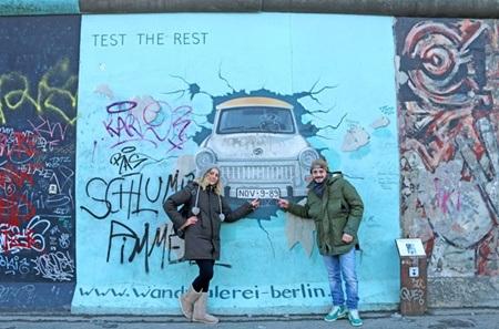 Một trong những bức hình nổi tiếng là chiếc xe do Đức chế tạo xô đổ bức tường