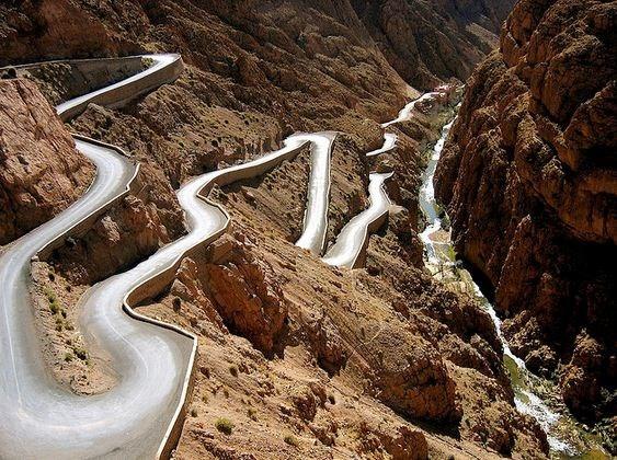 Đèo ở Dadès Gorges, High Atlas, Maroc. Con đường này nằm giữa hai dãy núi Atlas và Jbel Saghro.