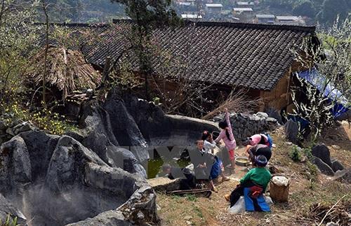 Nước luôn khan hiếm với cuộc sống của người dân vùng cao.