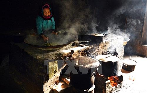 Công việc thường nhật của một gia đình người H Mông.