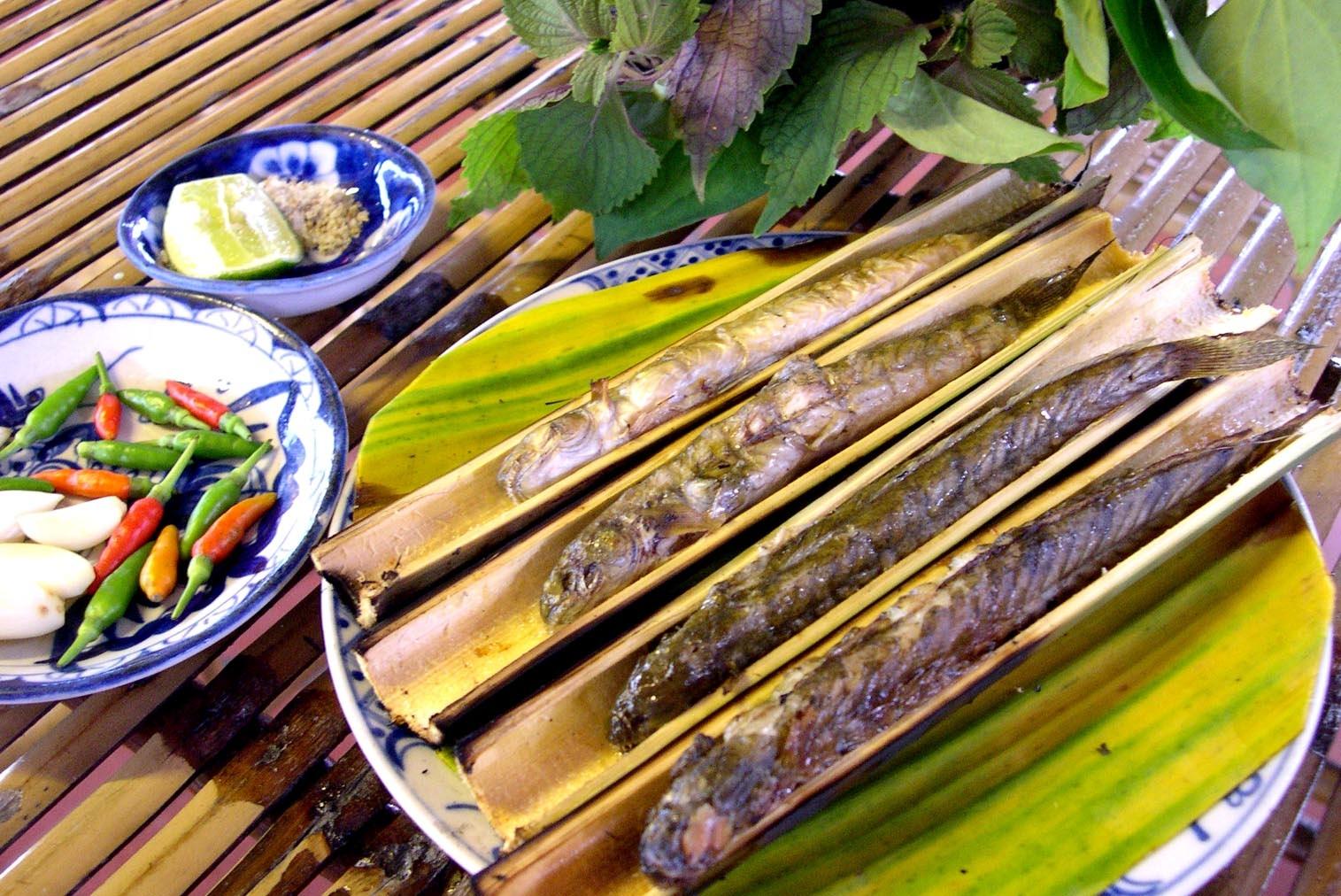 Cá kèo nướng ống sậy - đặc sản của vùng Tây Nam Bộ.