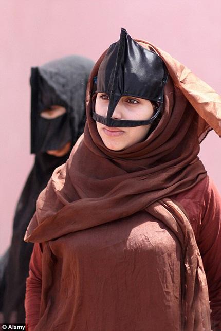 Phụ nữ Yemen trong trang phục truyền thống.
