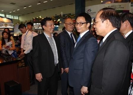 Phó Thủ tướng Vũ Đức Đam tham quan các gian hàng tại VITM 2014.