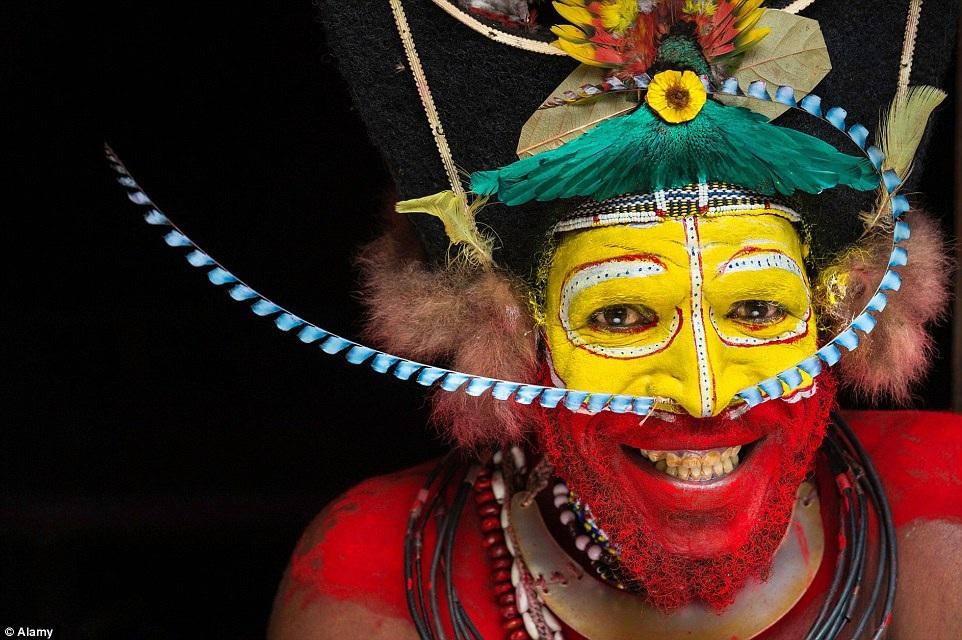 Một phụ nữ ở Ethiopia tự hào khoe hàm răng sắc bén của mình.