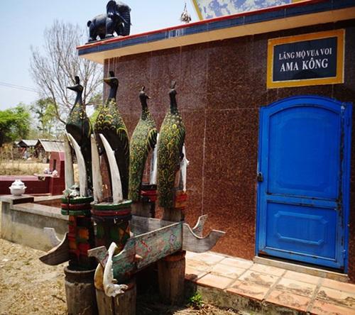 Các biểu tượng voi và chim công trên lăng mộ Ama Kông.
