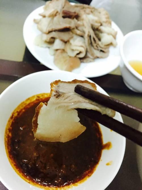 Mắm sò chấm thịt ba chỉ luộc là ngon nhất.