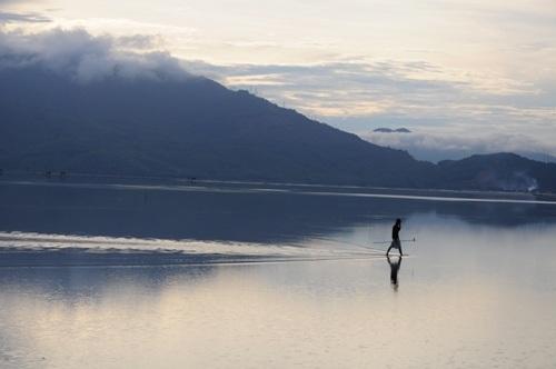 Biển Lăng Cô không chỉ đẹp mà còn mang lại nguồn hải sản phong phú.